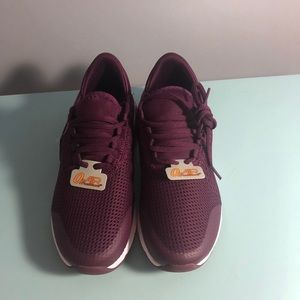 Avia O2 air maroon sneakers 6 NWT